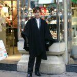 2004-12-13、ウイーンの街・楽譜店の前で、GaryFoster氏 や Rolland との打ち合わせに向かうところ。