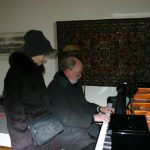 2004-12-14、Roland Batik 邸、プライベートルームにある「ベイゼンドルファー」を見つけ、思わず弾きだしてしまった Gary!